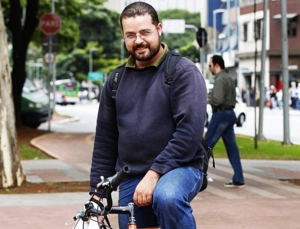 """14.mai.2014 - O paisagista Jorge Fix tem duas bicicletas. Usa a mais simples três vezes por semana. Sempre para trabalhar. E faz isso há dois anos. Ele chega de picape à região dos Jardins, na zona oeste de São Paulo, tira a bicicleta do bagageiro e sai pedalando para visitar clientes nos arredores. """"Começaram a tirar vagas para estacionar carro e aí comecei a usar a bicicleta. Ou você paga o estacionamento, que é caríssimo, ou você vai de bicicleta"""""""