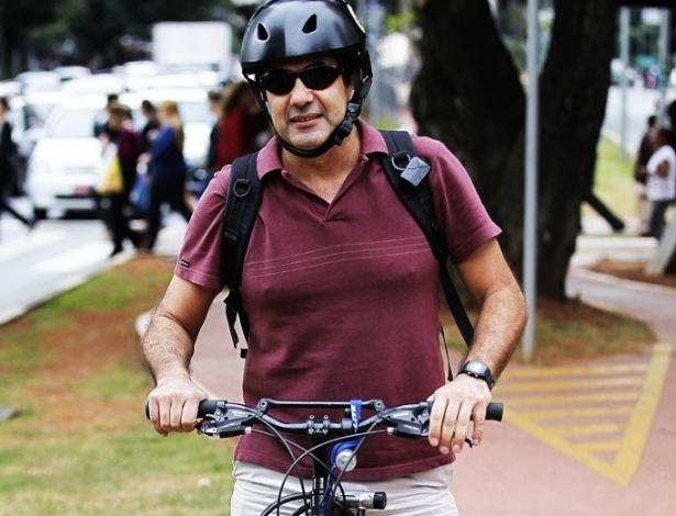 """14.mai.2014 - O dentista Tom Falcão, 54, é outro ciclista experiente: usa bicicleta há 20 anos e faz isso quase todo dia para o deslocamento entre sua casa e o trabalho. """"Acabei tomando gosto"""". O carro passa a maior parte do tempo na garagem"""