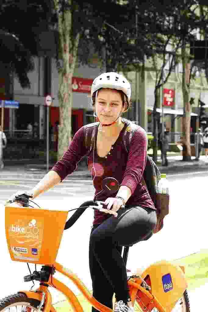 14.mai.2014 - A estudante Bárbara Coelho pedala desde o começo do ano. Tem uma bicicleta, mas também aluga com frequência. Resolve pedalar quando não quer usar o transporte público. Usa bicicleta para trabalhar e para passear - Reinaldo Canato/UOL