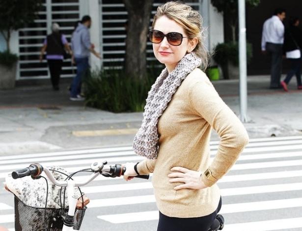 """14.mai.2014 - A arquiteta Melina Valente pedala quase todos os dias. Faz isso em São Paulo desde 2008 quando voltou de uma temporada em Berlim. """"Eu usava muito a bicicleta lá. Então, tomei gosto"""". Utiliza a bicicleta para ir ao trabalho, para fazer compras e até para ir ao cinema. Diz que era preciso ser """"um viking desbravador"""" para pedalar na avenida Faria Lima, na zona oeste de São Paulo, antes da existência da ciclovia. """"Com essa ciclovia, ficou muito mais fácil a vida"""". Melina reclama, porém, do visual dos capacetes, item de segurança para ciclistas. """"Não uso capacete porque não é bonito"""""""