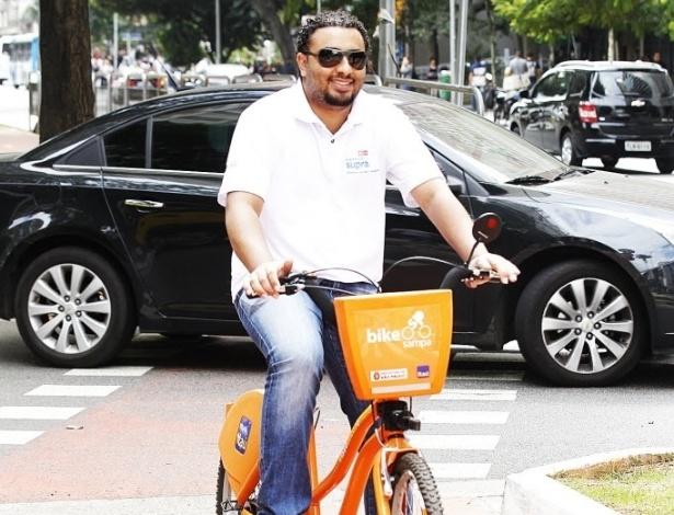 14.mai.2014 - O analista de suprimentos Rodolfo Braga tem sua própria bicicleta há quatro anos e anda com ela nos fins de semana. Durante a semana, aluga outra para pedalar no Parque do Povo, perto de seu trabalho, e para almoçar