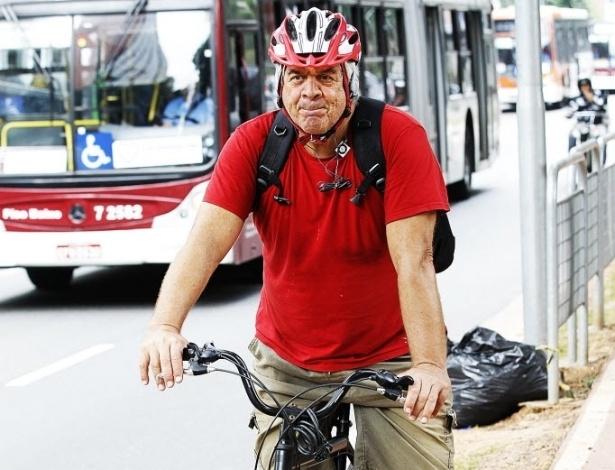 """14.mai.2014 - O engenheiro aposentado Omar Marrach, 63, pedala desde 2004. """"Não dá para andar de carro em São Paulo. O trânsito está muito ruim. Você perde muito tempo, você se estressa. Então, a bicicleta é a saída"""". Ele usa a bicicleta para passear e se deslocar até lugares onde pratica natação, como o Sesc Pinheiros, na zona oeste. Diz que é perigoso pedalar onde não há estrutura para bicicletas e reivindica a implantação de mais ciclovias na cidade"""