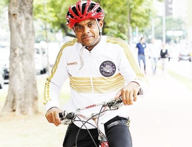 14.mai.2014 - O pintor Luis Antonio Mendes, 41, é um ciclista experiente: pedala diariamente há 14 anos. Morador do Jardim Ângela, na zona sul, percorre longas distâncias para trabalhar. O material de trabalho é levado em uma mochila