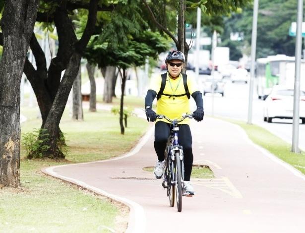"""14.mai.2014 - O escritor e artista plástico Fabio Junqueira, 56, passou a andar mais de bicicleta em 2014 e fez desse hábito uma profissão. """"Queria mudar de vida. Chega de escritório"""". Em abril, começou a trabalhar como """"bike courier"""", ou seja, faz entregas com sua bicicleta. """"Por mais que esteja esse trânsito louco, andar de bicicleta não estressa"""", afirma. """"Em São Paulo, você acredita que precisa de carro e que não dá para andar de bicicleta, o que não é verdade"""", diz sem deixar de cobrar a implantação de ciclovias na região central da cidade"""