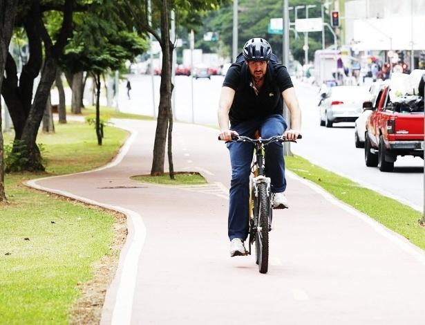 """14.mai.2014 - Há seis meses, o empresário Leandro Cavaleri Gerhardinger resolveu deixar o carro na garagem e começar a pedalar. Ele usa a bicicleta para se deslocar de casa para o trabalho. """"Alterei minha forma de ver São Paulo. Eu andava só de carro. Andando de bicicleta tenho uma perspectiva diferente, muito mais legal"""""""