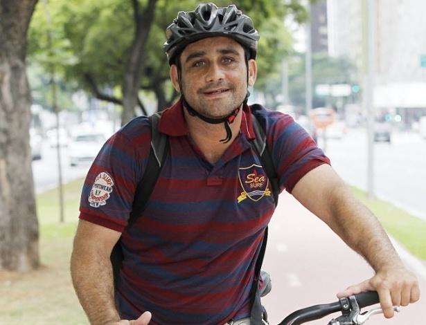 """14.mai.2014 - O empresário Luiz Henrique Mozes tem uma loja virtual de cosméticos e usa a bicicleta para entregar produtos na cidade. Ele reclama que motoristas """"jogam o carro em cima"""" de ciclistas nas ruas"""