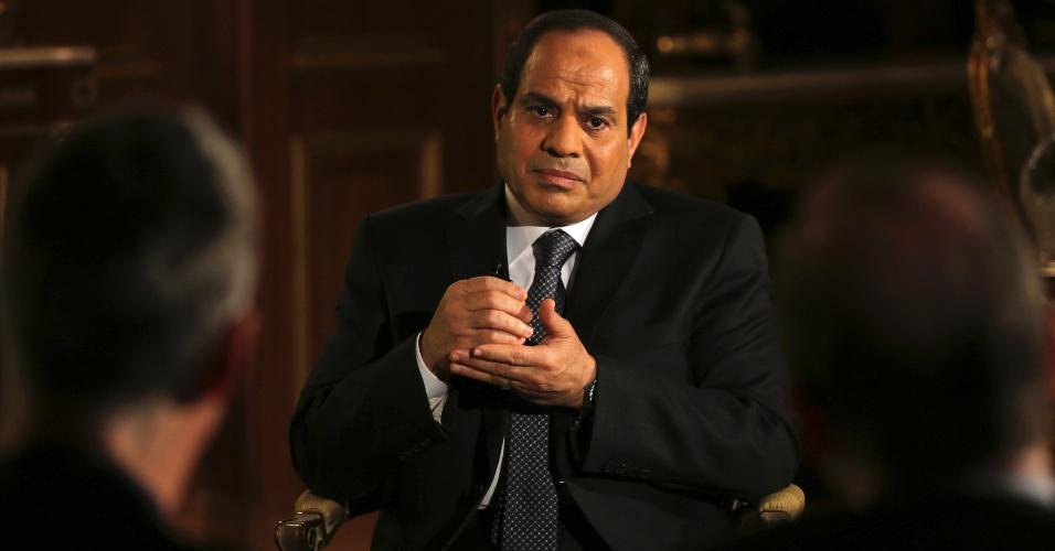 14.mai.2014 - O ex-chefe do Exército egípcio Abdel Fattah al-Sisi, candidato à presidência do Egito, conversa com jornalistas durante entrevista para a agência Reuters, no Cairo, nesta quarta-feira (14)