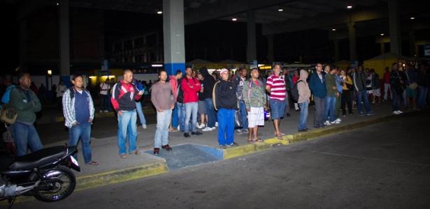 O transporte alternativo ajudou no deslocamento da população, mas moradores de Nova Iguaçu esperaram mais de duas horas - Douglas Viana/Agência O Dia/Estadão Conteúdo