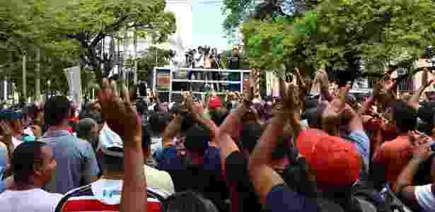 Policiais militares e bombeiros de Pernambuco se concentraram na frente da sede do governo do Estado, no centro do Recife - Sergio Bernardo/JC Imagem/Agência O Globo