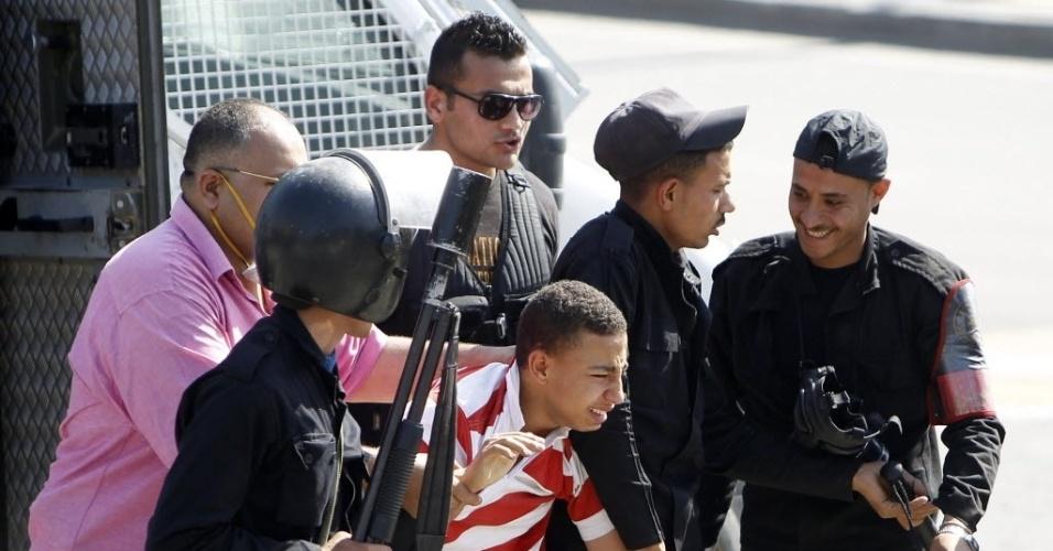 14.mai.2014 - Policiais prendem estudante que protestava em favor da Irmandade Muçulmana e do ex-presidente Mohamed Mursi, na Universidade do Cairo. No país, manifestações sem prévia autorização do governo são proibidas