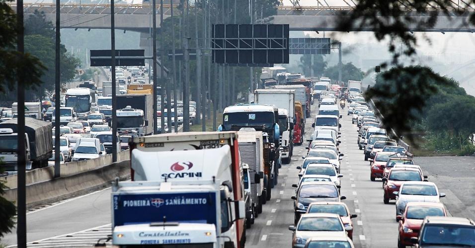 14.mai.2014 - Trânsito carregado na marginal Tietê, próximo à ponte das Bandeiras, sentido rodovia Ayrton Senna, em São Paulo