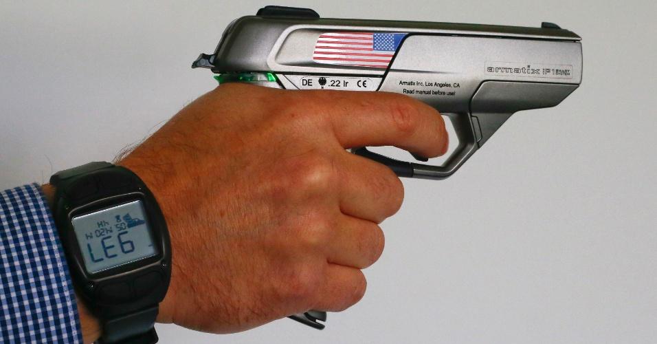 A empresa Armatix desenvolveu uma arma ''inteligente'', que só dispara quando está perto de um relógio compatível. O revólver tem um chip que se comunica via radiofrequência com o acessório de pulso: se a distância for maior que 25 cm, o disparo não acontece. Com uma senha, o usuário consegue desabilitar esse mecanismo. Há apenas uma loja nos EUA que vende as armas. Segundo o ''Washington Post'', a pistola de calibre 22 custa US$ 1.399 (cerca de R$ 3.100), mais US$ 400 (cerca de R$ 886) do relógio