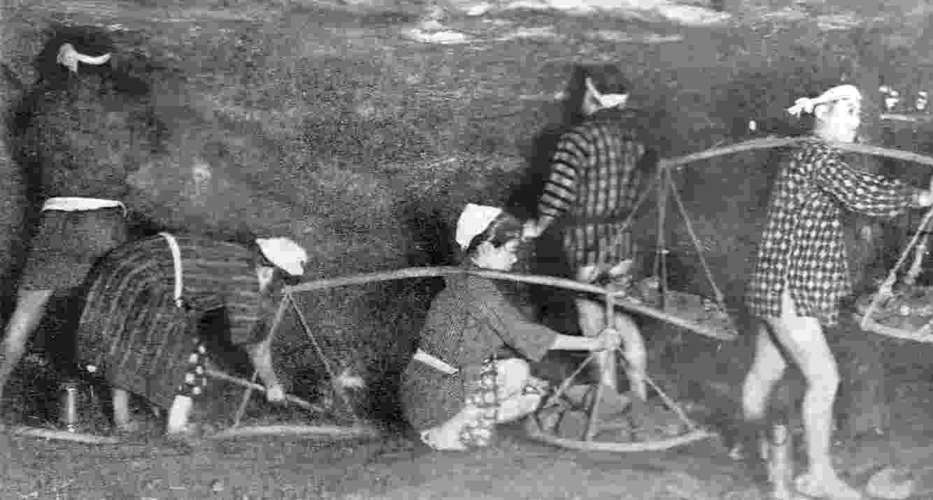 Em 1914 ocorreu o acidente em minas com o maior número de vítimas do Japão. Uma explosão na mina Mitsubishi Hojyo matou 687 pessoas. Fotos do período mostram que as condições de trabalho nas minas japonesas eram precárias - Reprodução/Wikipedia