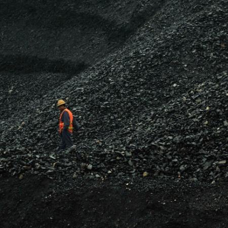 Homem anda em mina de carvão na China - Reuters