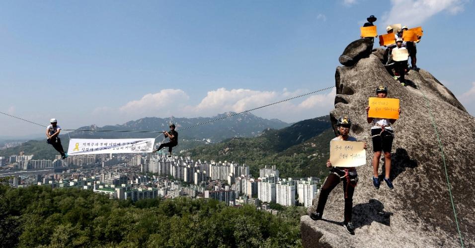 """15.mai.2014 - Alunos levam ao monte Ansan, em Seul, placa que diz """"querido amigo sempre, sempre vamos lembrar de você"""", em referência a vítima da balsa Sewol, naufragada a 20 km da costa da Coreia do Sul. Nesta quinta-feira (15), o comandante e três membros da tripulação foram acusados de homicídio pela morte de mais de 300 pessoas na tragédia"""