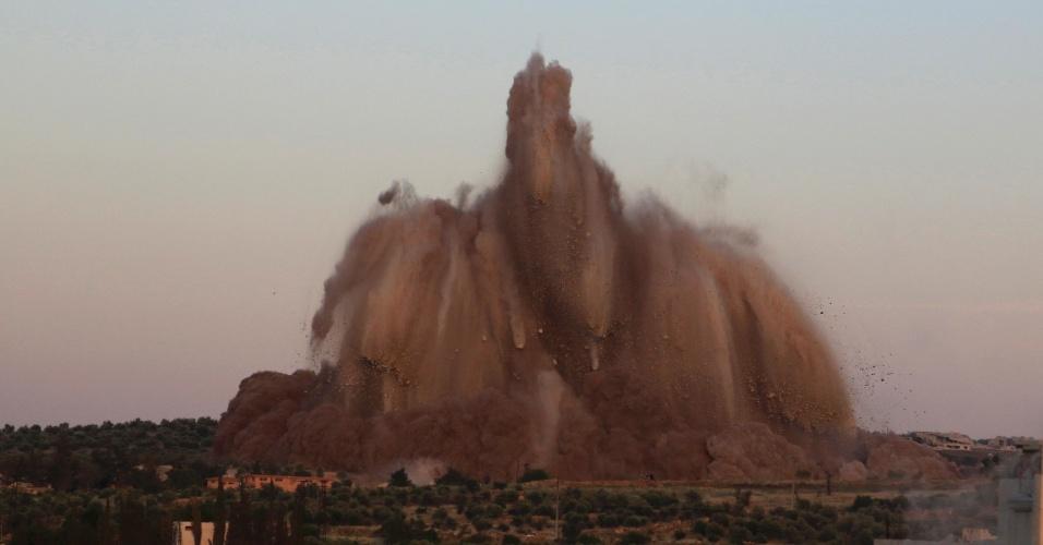 15.mai.2014 - Destroços de um túnel supostamente destruído por rebeldes sírios voam pelos ares em Idlib. O local abrigava um dos postos de controle mais importantes do regime do ditador Bashar Al-Assad na região