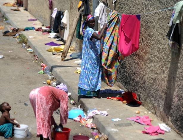 Imigrantes ilegais do Níger penduram roupas para secar na cidade de Boufarik, na Argélia