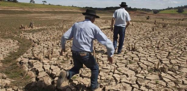 15.mai.2014 - Homens caminham pelo leito seco de um dos reservatórios do sistema Cantareira - Rogerio Casemiro/Reuters