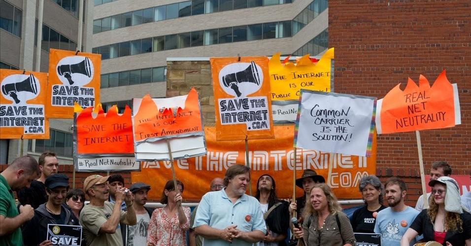 15.mai.2014 - Manifestantes fazem protesto em frente à sede da FCC em Washington, nos EUA, contra a proposta preliminar de mudança da neutralidade da rede no país