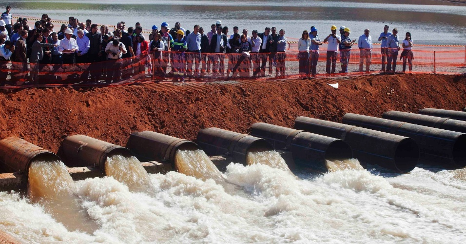 """15.mai.2014 - O governador de São Paulo, Geraldo Alckmin (PSDB-SP), e uma delegação visitaram o reservatório Jaguari, que faz parte do sistema Cantareira, um dos principais no abastecimento da cidade de São Paulo, nesta quinta-feira (15). O governo acionou hoje o conjunto de bombas que darão início à captação de água do """"volume morto"""" do Sistema Cantareira. Alckmin afirmou que essa água é """"igual"""" a que é usada atualmente"""