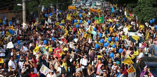Professores protestam na zona sul de São Paulo; categoria pede melhoria de salário