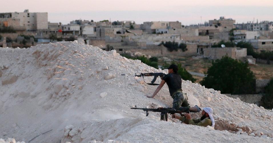 15.mai.2014 - Rebeldes sírios disparam contra forças leais ao ditador Bashar Al-Assad, nesta quinta-feira (15), em Maarat Al-Nouman. De acordo com a ONU, uma família precisa abandonar sua casa no país para fugir do conflito a cada minuto