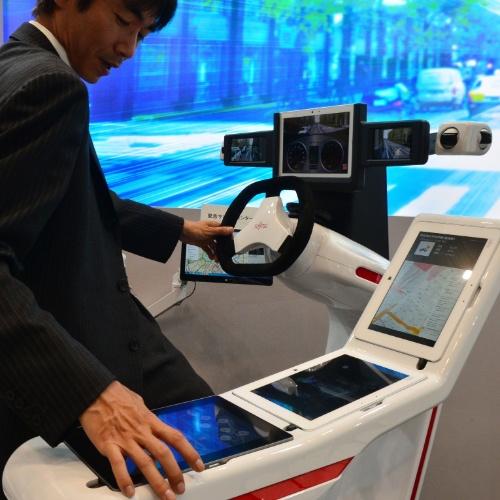 16.mai.2014 - Fujitsu exibe protótipo do que seria uma cabine de motorista futurista e tecnológica. O conjunto possui câmeras, sensores e tablets. O objetivo do projeto é desenvolver um sistema que dirija os veículos sozinho