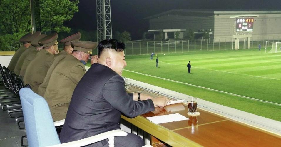 16.mai.2014 - Líder norte-coreano Kim Jong-un assiste a uma partida de futebol em local não divulgado na Coreia do Norte