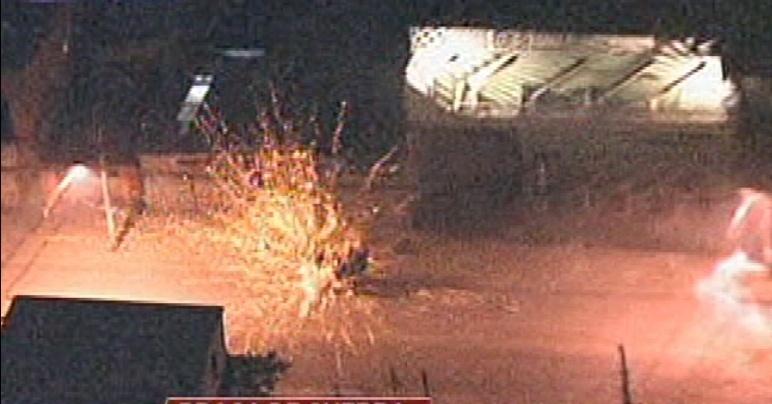 16.mai.2014 - Moradores atiram fogos de artifício contra policiais durante confronto em Guarulhos, na Grande São Paulo, nesta sexta-feira (16)