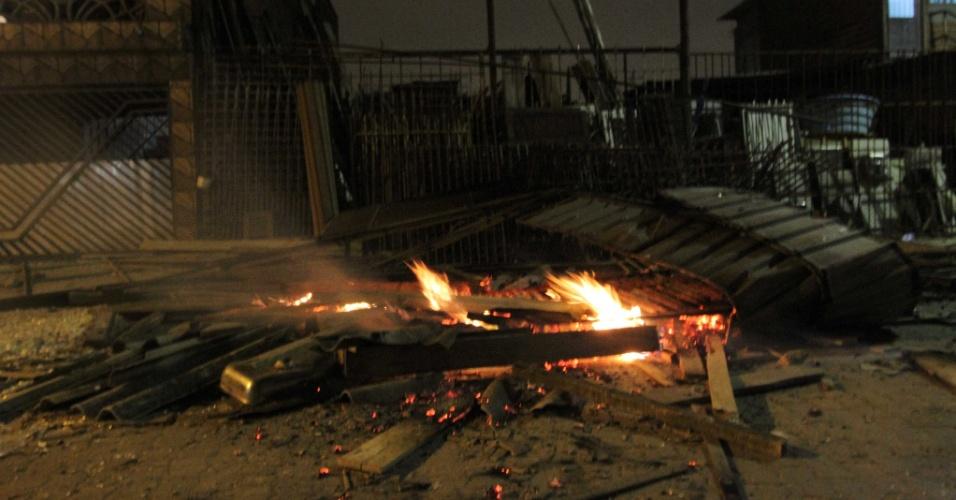 16.mai.2014 - Confronto entre manifestantes e a PM (Polícia Militar) deixou estragos no bairro Jardim Santa Vicência, em Guarulhos (Grande São Paulo)