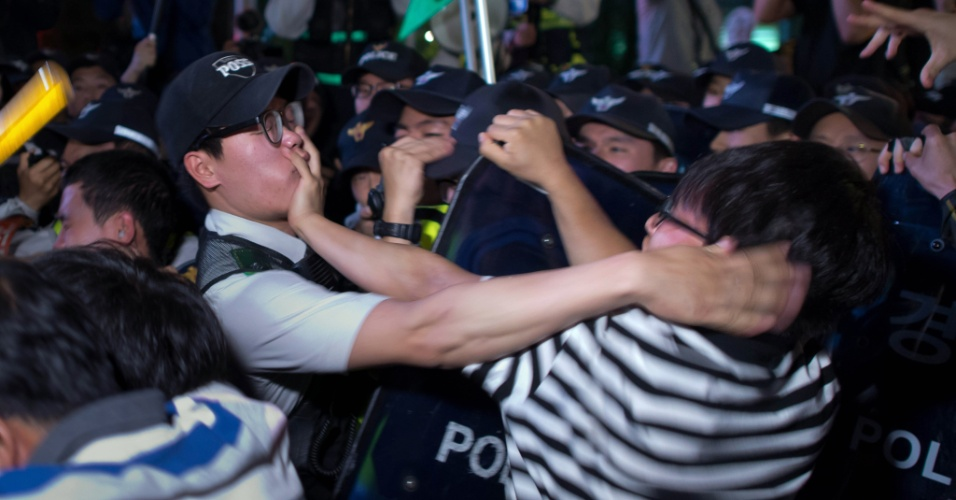 17.mai.2014 - Manifestantes entram em confronto com a polícia em Seul, na Coreia do Sul, durante protesto contra o governo do país pela ação no naufrágio de uma barca. No acidente, morreram 280 passageiros -- a maioria era estudantes
