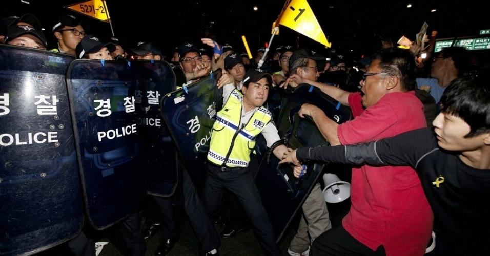 17.mai.2014 - Manifestantes sul-coreanos entram em confronto com a polícia em Seul durante marcha pelas vítimas do naufrágio de balsa Sewol, que deixou mais de 300 mortos. Protesto pede por ações do governo para amparar familiares