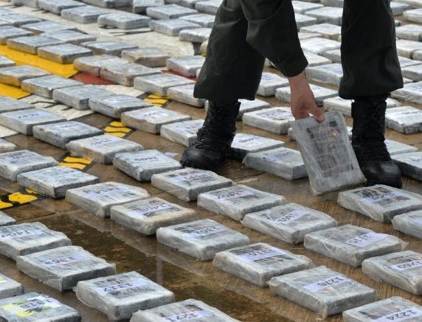 18.mai.2014 - Pacotes de cocaína são exibidos a jornalistas na Colômbia - Diana Sanchez/AFP
