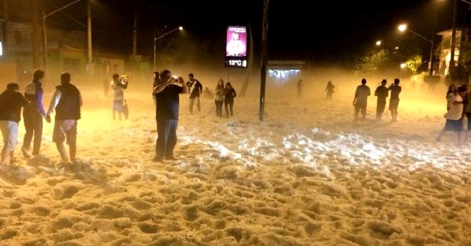 18.mai.2014 - Granizo acumulado no parque da Aclimação, região central de São Paulo, após forte chuva que atingiu a cidade, se assemelha a neve. Pessoas aproveitaram para fotografar e aproveitar o fenômeno neste domingo (18)