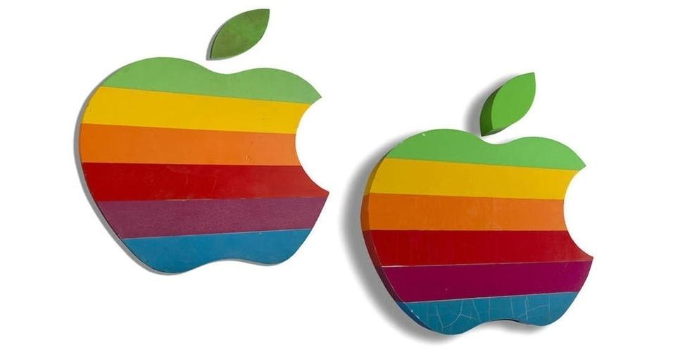 19.mai.2014 - A casa de leilões Bonhams vai oferecer, no dia 4 de junho, diversos objetos que contam a história do século 20. Entre eles, estão duas placas em formato de maçã que ficavam penduradas na frente do escritório principal da Apple, em Cupertino (Califórnia, EUA). Com faixas de diferentes cores (este era o logotipo antigo da empresa), as placas foram removidas do local em 1997.  A maior (feita de espuma rígida) tem 116 cm de altura; a menor (de fibra de vidro) mede pouco mais de 83 cm. O lance inicial para as duas peças juntas é de US$ 10 mil (cerca de R$ 22,1 mil)