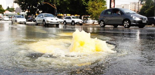 Água brota de bueiro na avenida Antártica, sentido marginal, na Pompeia, zona oeste de São Paulo - Reinaldo Canato/UOL
