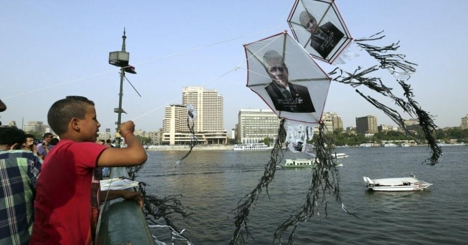 19.mai.2014 - Crianças brincam com pipas com fotografias do candidato presidencial egípcio, Hamdeen Sabahy, no Cairo, Egito. A eleição presidencial será realizada nos dias 26 e 27 de maio