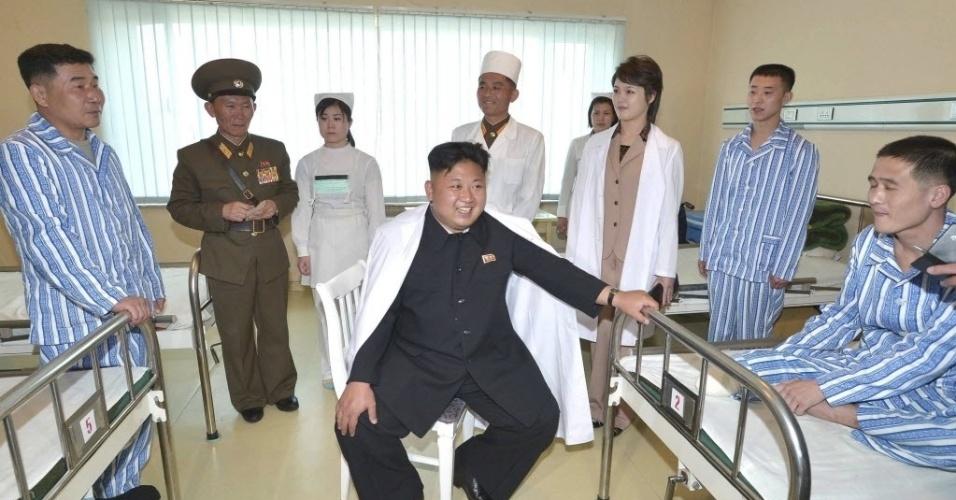19.mai.2014 - Líder norte-coreano Kim Jong-un e sua mulher Ri Sol Ju visitam o Hospital Geral Taesongsan, em Pyongyang