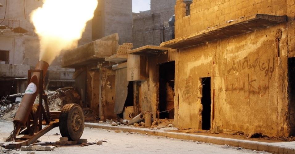 19.mai.2014 - Membros do Exército Livre da Síria dispara foguete contra forças leais ao ditador sírio, Bashar al-Assad, em Aleppo
