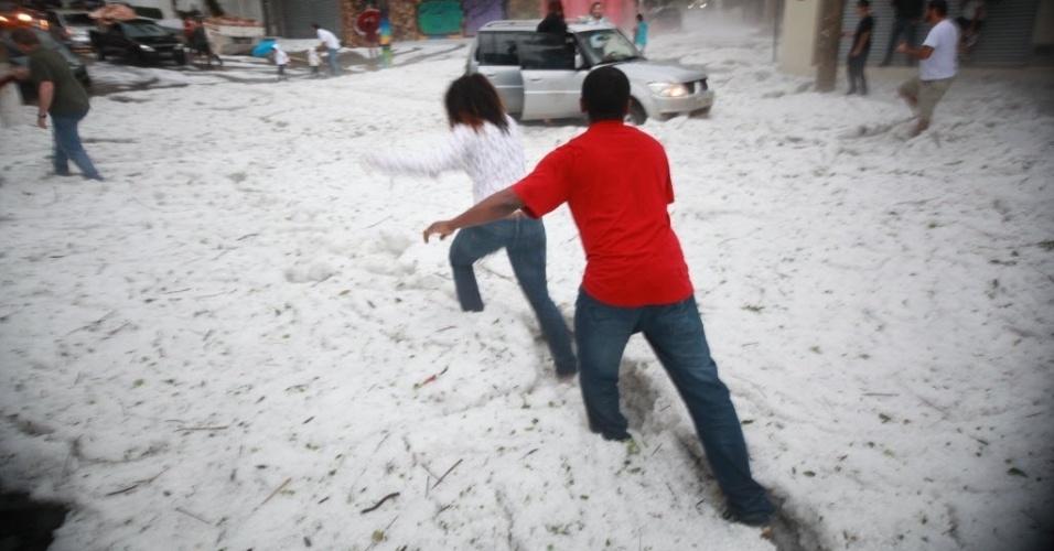 19.mai.2014 - O parque da Aclimação, região central de São Paulo, ficou coberto por gelo, após as fortes pancadas de chuva que atingiram a região neste domingo. Vários pontos da região metropolitana tiveram registro de granizo, como no Butantã, Morumbi e Consolação