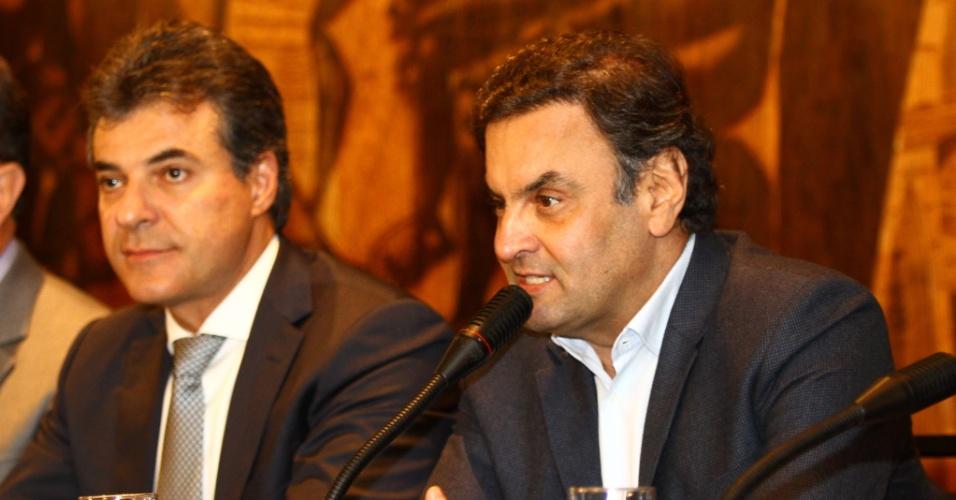 19.mai.2014 - O senador Aécio Neves (PSDB-MG), pré-candidato à Presidência da República, conversa com jornalistas ao lado do governador do Paraná, Beto Richa, no plenário da Assembleia Legislativa do Paraná, nesta segunda-feira (19)