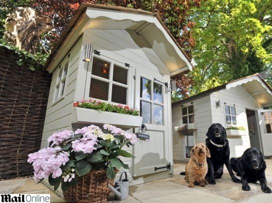 19.mai.2014 - Uma casa de cachorro com telhado de cedro, Iluminação de alta tecnologia, ar condicionado e piso aquecido é a última novidade apresentada na feira Pet Show Londres. Pessoas interessadas em dar esta sofisticada mansão ao seu cachorrinho devem desembolsar aproximademente três mil euros, o equivalente a R$ 9 mil