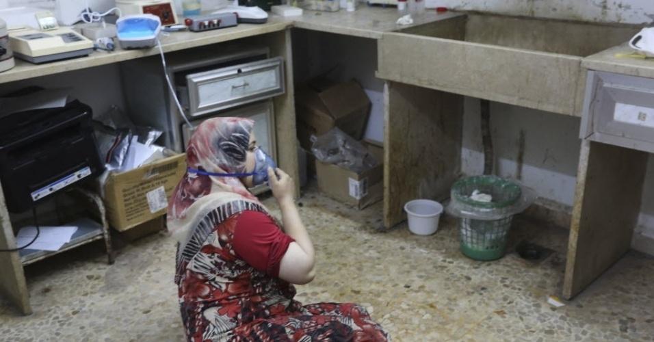 19.mai.2014 - Uma mulher que teria sido vítima de um ataque de gás, segundo informaram ativistas, recebe tratamento em um hospital no vilarejo de Kfar Zeita, no centro da província de Hama, na Síria, nesta segunda-feira (19)