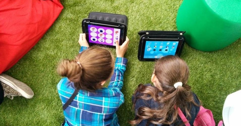 Alunas usam tablets na sala Google do Colégio Mater Dei, em São Paulo