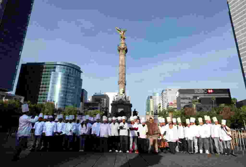 17.mai.2014 - Um total de 3.634 chefs de cozinha mexicanos posam para foto em frente a monumento, na Cidade do México, enquanto participam da quebra de recorde mundial da maior concentração de chefs, no dia 17 de maio. O recorde anterior pertencia a Dubai, que reuniu 2.847 chefs - Raúl Hernández/Xinhua