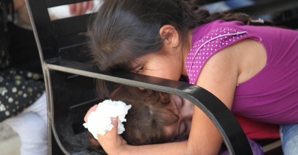 20.mai.2014 - Menina síria beija a irmã no centro do registro do Acnur (Alto Comissariado das Nações Unidas para os Refugiados), em Beirute, capital do Líbano. De acordo com um relatório do Acnur, há mais de 106.700 refugiados sírios no Líbano