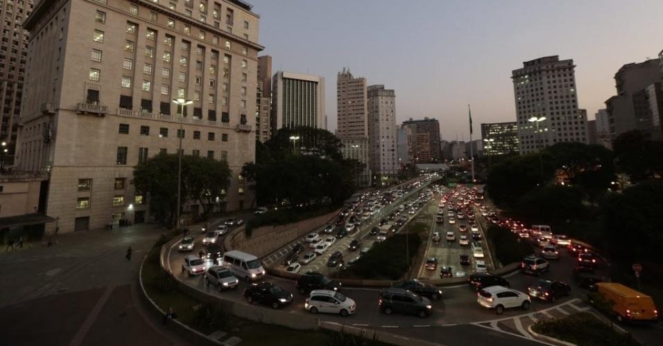 20.mai.2014 - Trânsito caótico na avenida nove de Julho, na região central de São Paulo, no dia em que uma paralisação inesperada de ônibus iniciada por motoristas e cobradores tumultuou a capital paulista. Nesta terça-feira (20), os motoristas enfrentaram trânsito recorde em São Paulo. Às 19h, a capital registrava 261 km de engarrafamento, segundo a CET (Companhia de Engenharia de Tráfego)