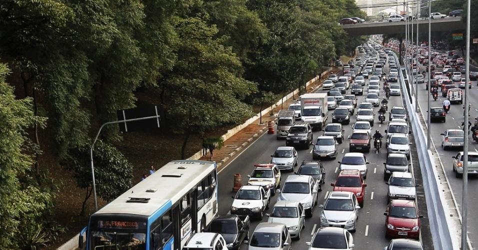 20.mai.2014 - Trânsito intenso em ambos os sentidos da Avenida 23 de Maio, sob Viaduto Tutoia, na zona sul de São Paulo, na tarde desta terça- feira (20). Os motoristas enfrentaram trânsito recorde em São Paulo, nesta terça-feira (20), dia em que uma paralisação inesperada de ônibus iniciada por motoristas e cobradores tumultuou a capital paulista. Às 19h, a capital registrava 261 km de engarrafamento, segundo a CET (Companhia de Engenharia de Tráfego)