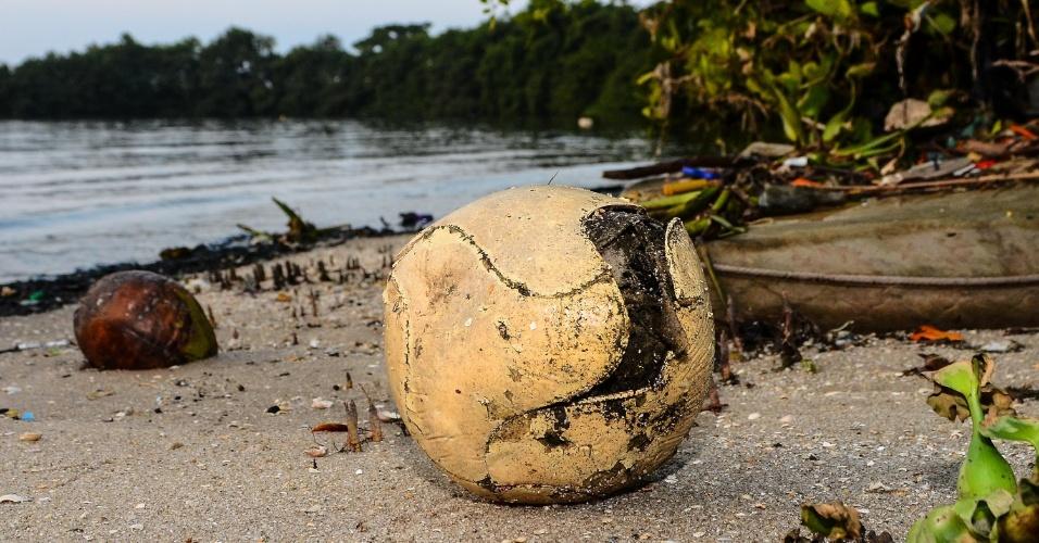 20.mai.2014 - Lixo se acumula na Ilha do Fundão, na Baía de Guanabara, no Rio de Janeiro
