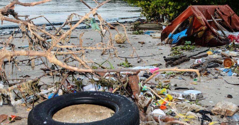 20.mai.2014 - Lixo se acumula na margem da Baía de Guanabara, no Rio de Janeiro